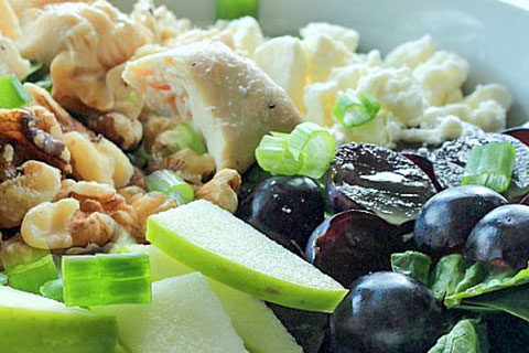 Ensalada de pollo con queso feta y uvas