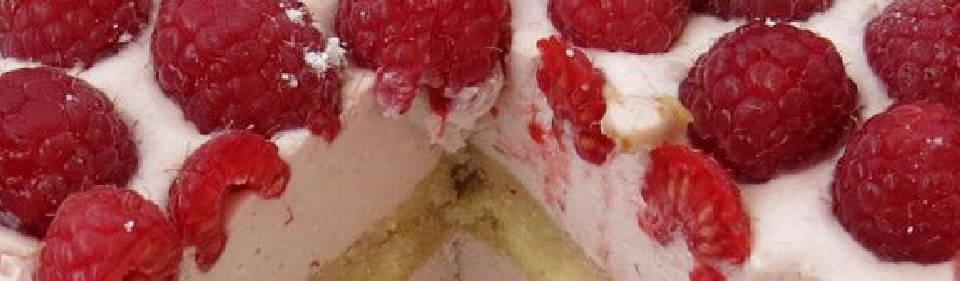 Carlota de crema de yogur y frambuesas